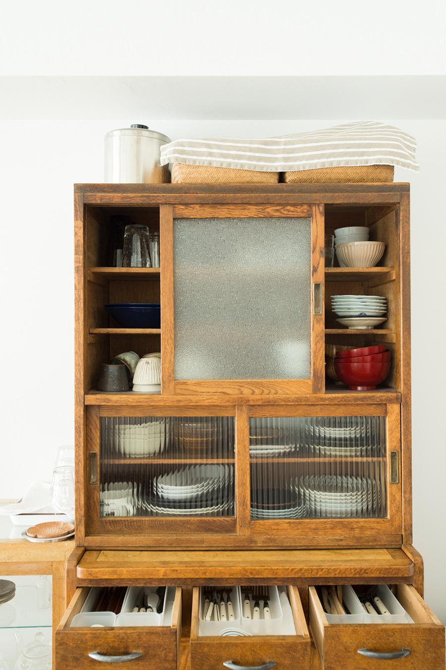 使いやすさを考えて配置。食器は、奥まで手が届きやすいようジグザクに配置する三角置きに。