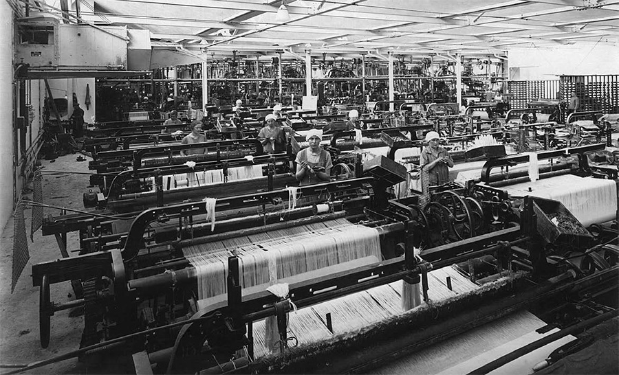 機械織りで生産される。(1930年代のクラークト社)