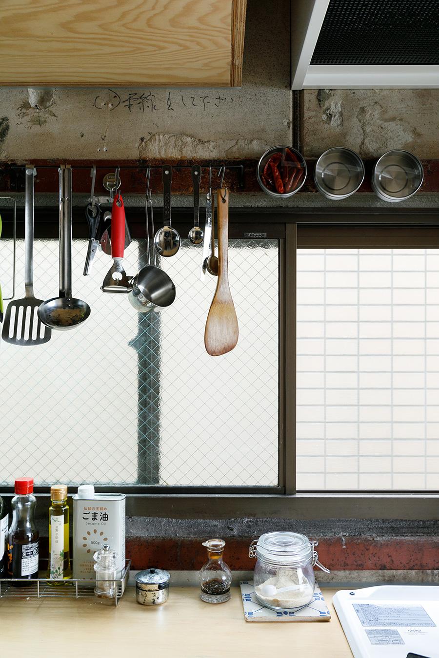 窓の周りの鉄骨部分は磁石がくっつくので、便利に活用している。