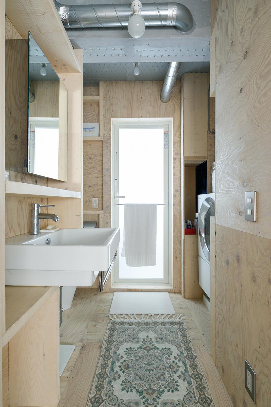洗面スペースも同じ木製ユニットで構成。36.5㎡の部屋とは思えないほど広々としている。