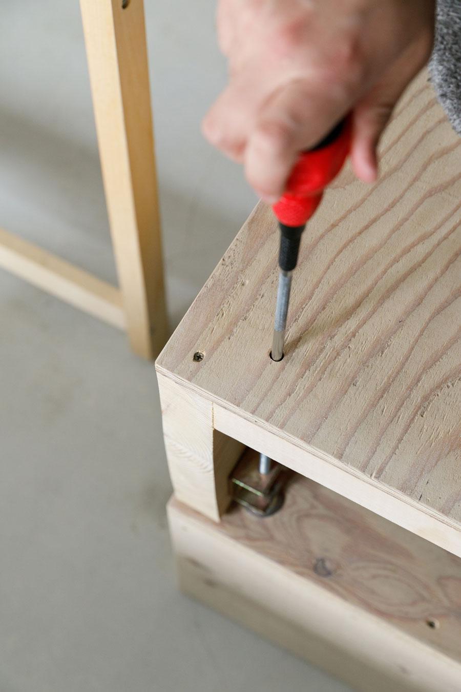 床に敷いた後に水平を取れるよう、小さな穴からドライバーを差し込み、金具で高さを調整できるようにしてある。
