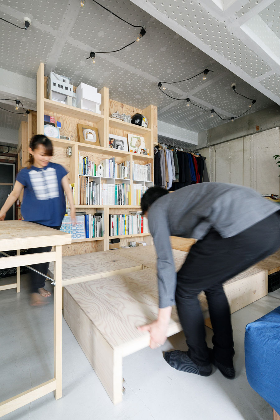 木製ユニットを動かして模様替えをするお2人。「簡単に配置替えができるよう、一つのユニットは両手で持てるくらいのサイズにしました」と原﨑さん。