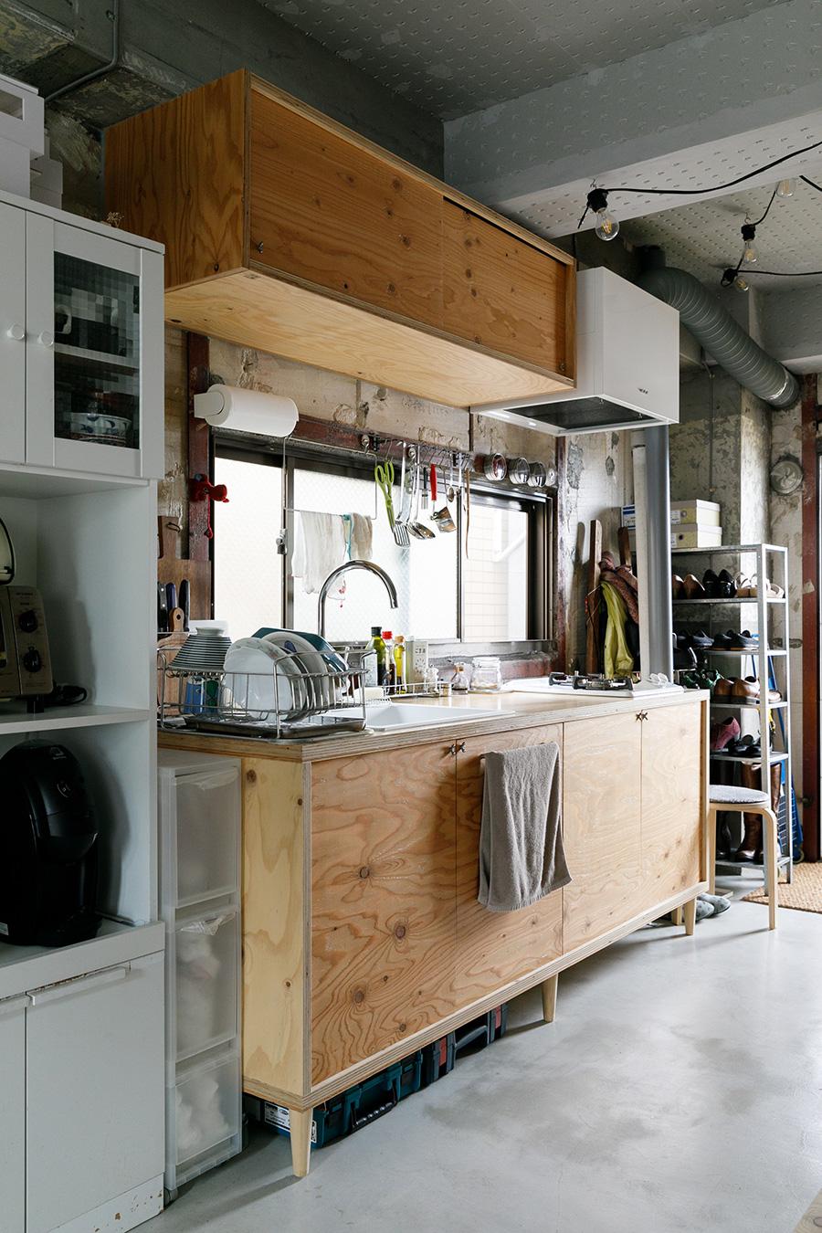 ご近所のDIY工房「中原工房」に協力してもらい、造作したオリジナルのキッチン。中原工房は、マンションオーナーの紹介で知ったそう。