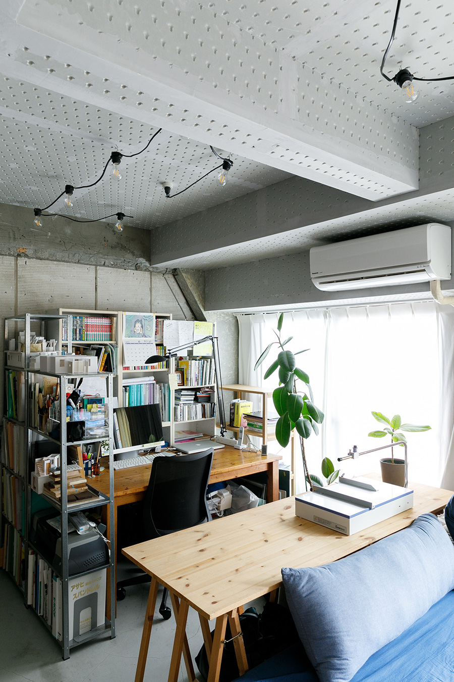設計事務所の主宰者として働く星野さんの作業スペース。大きな窓から光と風が入って気持ちいい。