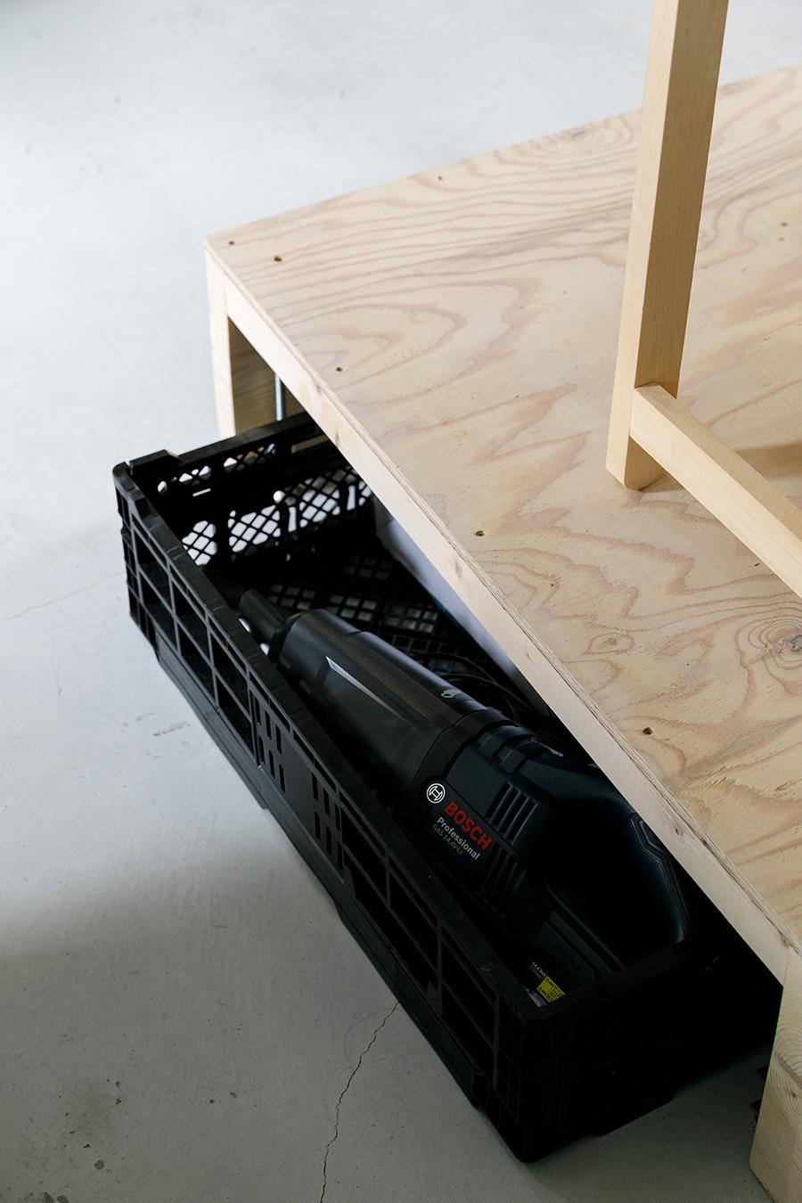 小上がりの床の下は、家電や工具などをしまうスペースとして活用。