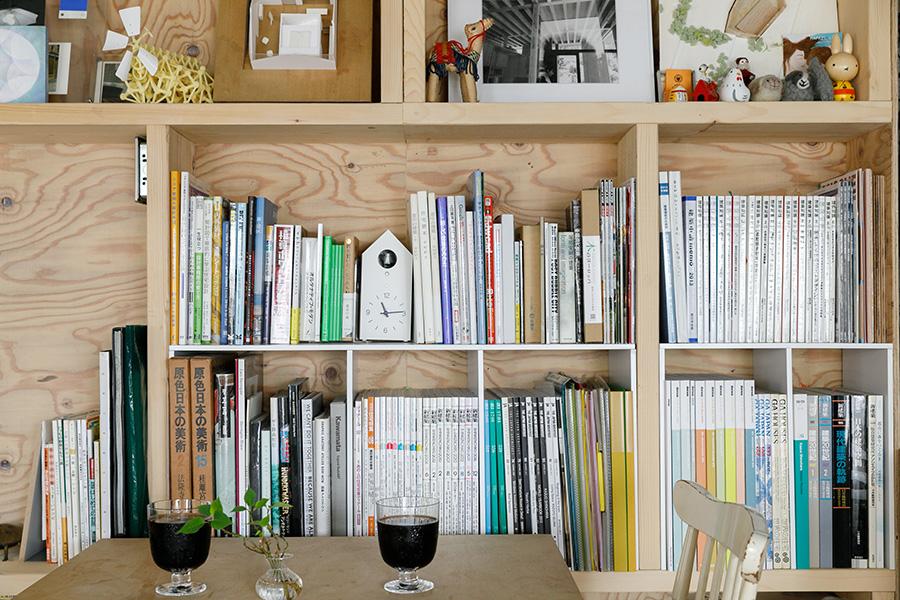 棚には建築関係の本がぎっしり。2人はよくこの部屋で、建築談義に花を咲かせる。