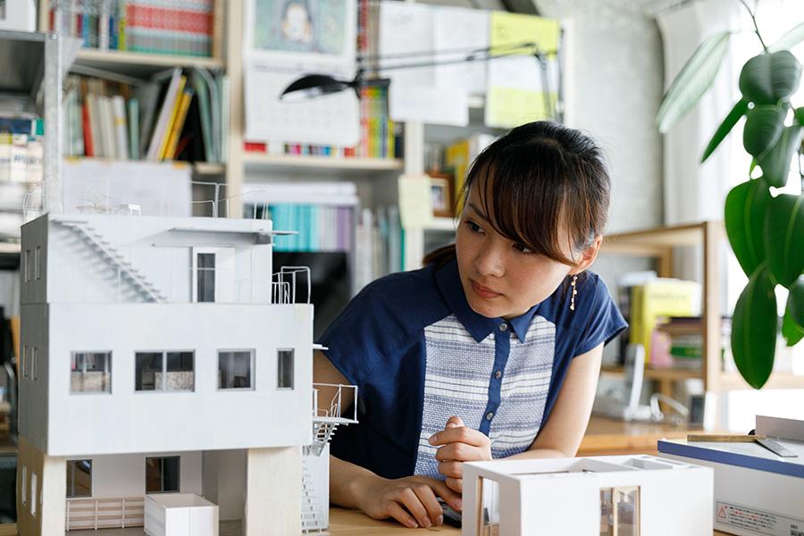 設計事務所で経験を積んできた星野さんは、2016年に独立。cobalt designを立ち上げ、住む人の考え方や気持ちにこだわった住まいの設計を手がける。