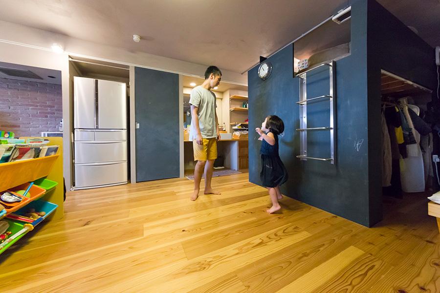 右側が家族の成長に合わせて動かすことができる箱型ロフト。黒板塗料をセルフペイント。
