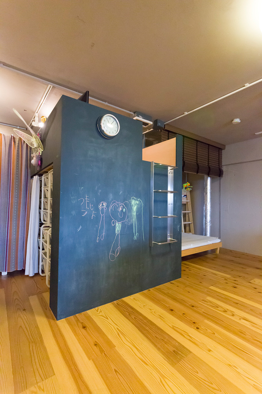 上が畳のスペースになっていて、ご両親が泊まりに来た時に客室として使っているそう。下は衣装の収納スペースとして使っている。