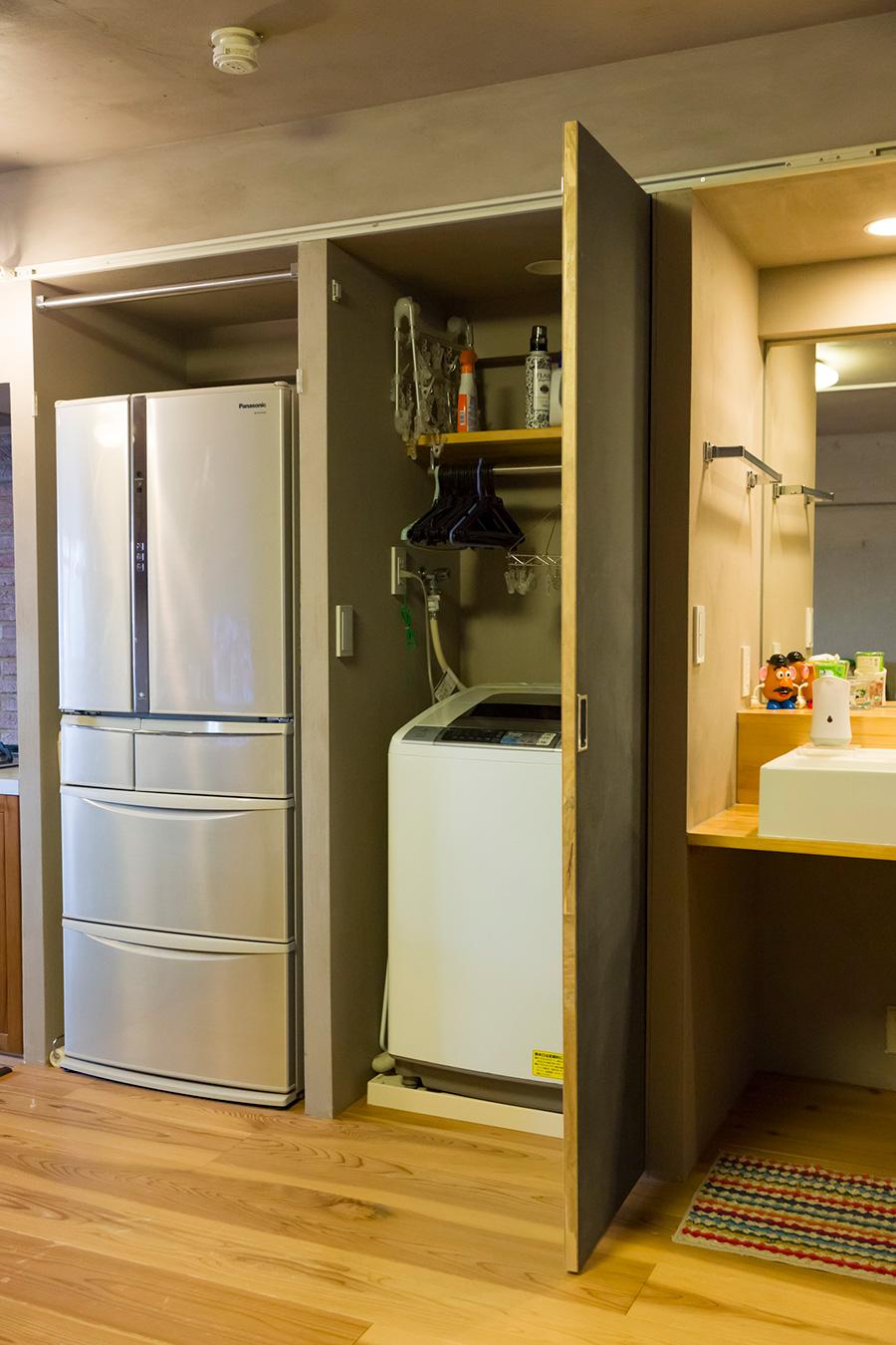 洗濯機や洗面台などを片側に集めることで、動線の無駄を省き、広い空間を確保している。