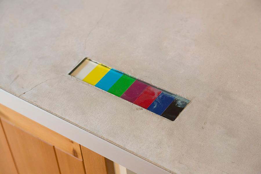 キッチンのモルタルのカウンターにはカラーバー(映像システムの基準信号)が。「映像関係の仕事をしているので、家のどこかに埋め込みたかったんです」と亮佑さん。
