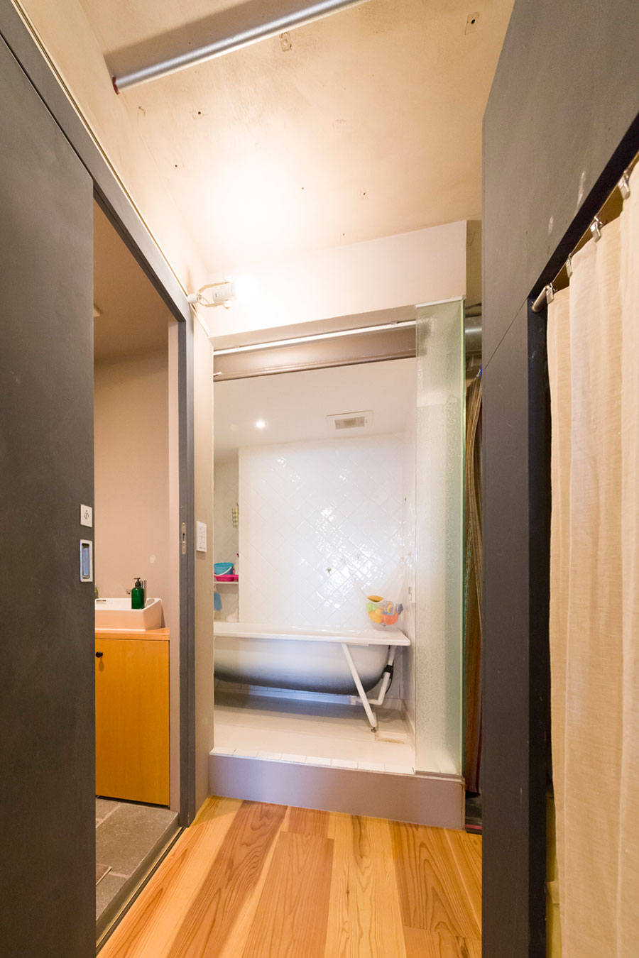 解放感溢れるバスルーム。「冬は寒いので、扉をつけるリフォームを計画中です」