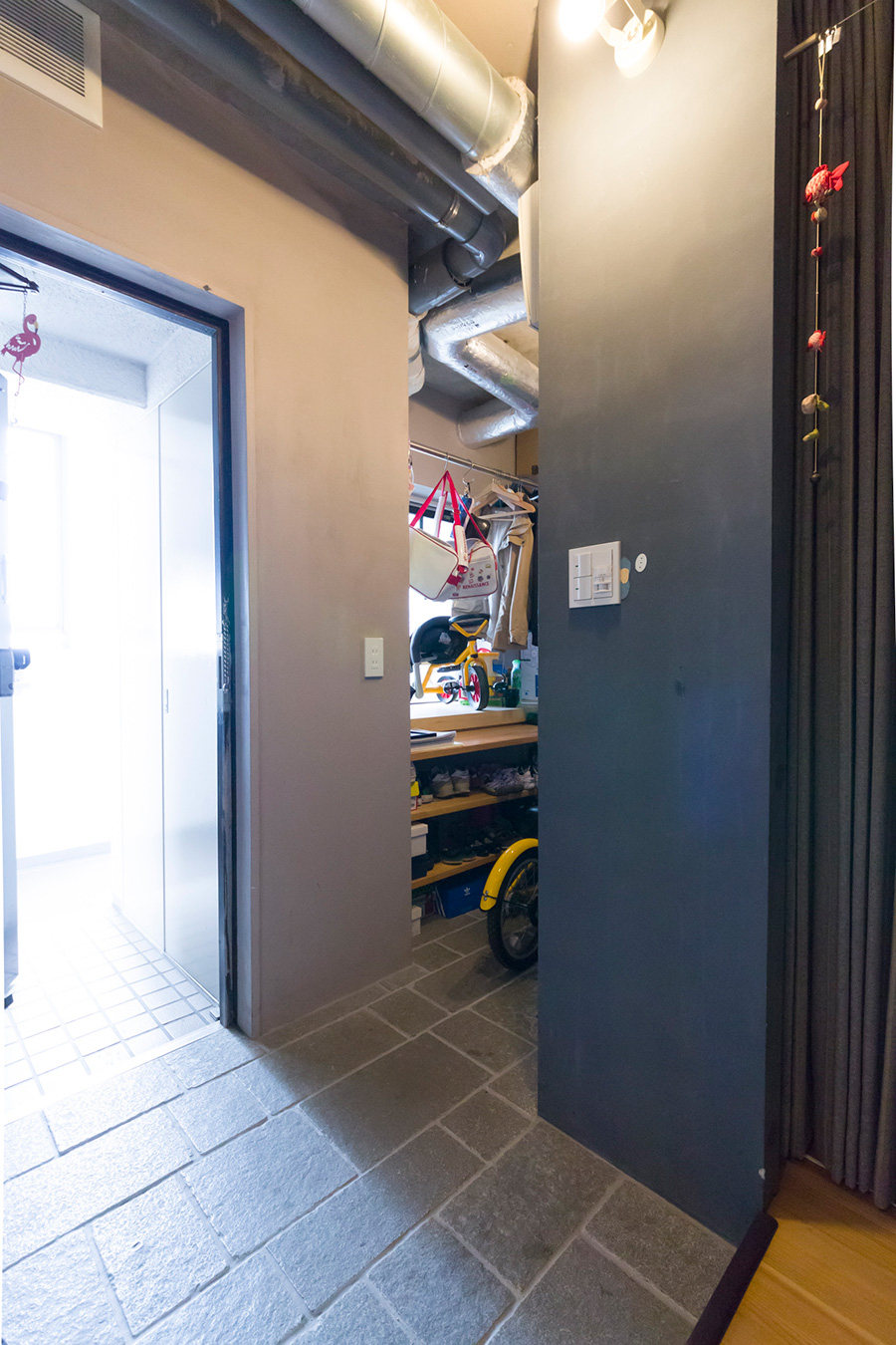 北側は間取りを変え、玄関の脇に土間のシューズクローゼット兼収納スペースを作った。