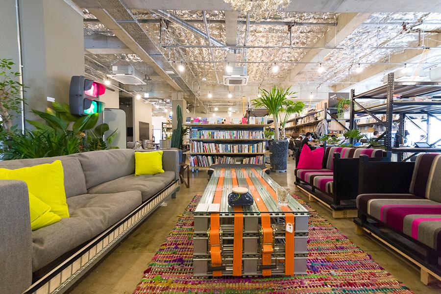 ビルを丸ごとリノベーションした「オープン・エー」の新しいオフィスに、『THROWBACK』の家具がよく似合う。