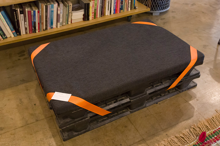 ラッシングベルトのオレンジと黒のパレットの組み合わせが美しい〈PALETTE BENCH〉。