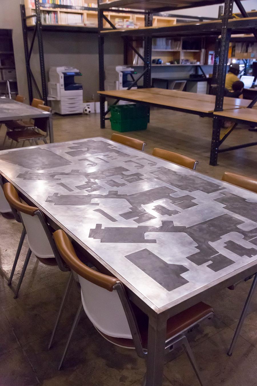 型抜きをして残ったアルミ板材を天板にした〈DIECUTTING TABLE〉。段差部分は左官材で埋めてフラットに。
