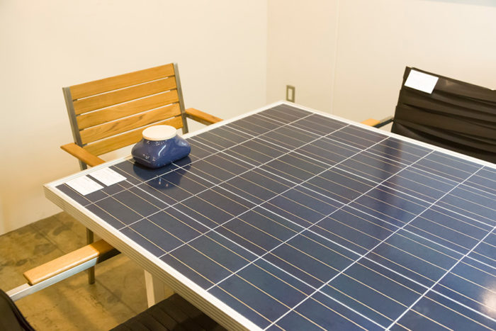 「オープン・エー」の会議室で使われている〈SOLAR TABLE〉は、ソーラーパネルを使ったもの。