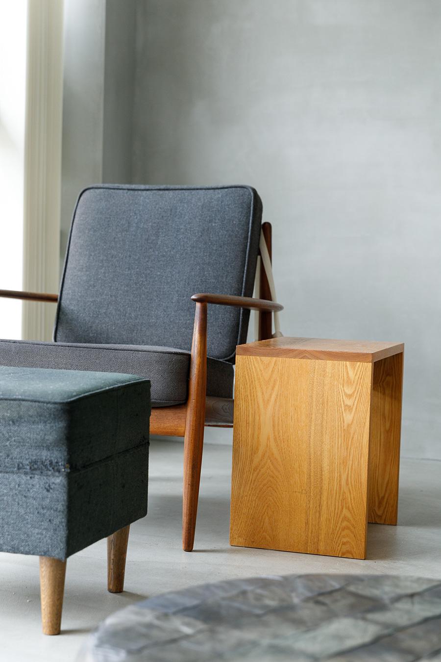 デンマークのデザイナー、グレーテ・ヤルクのアームチェアは『HIKE』で購入。オットマンは『スタンダードトレード』のオリジナル。サイドチェアとテーブルは名古屋の『NAUT』のもの。