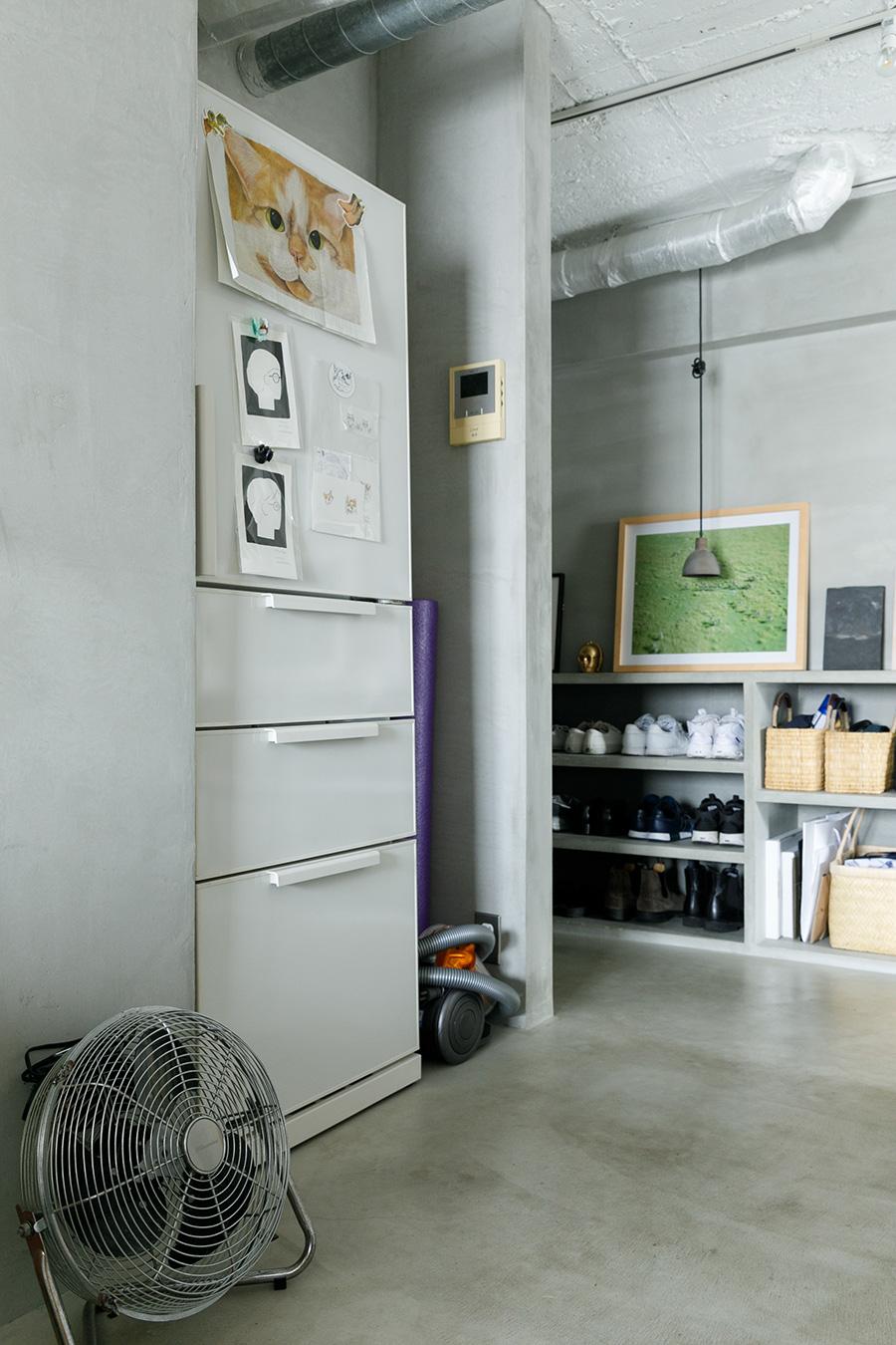 冷蔵庫に大きなどんこの絵。ダイソンの掃除機やモップなどの掃除道具は、冷蔵庫の横にひとまとめにすることで掃除の効率を上げている。