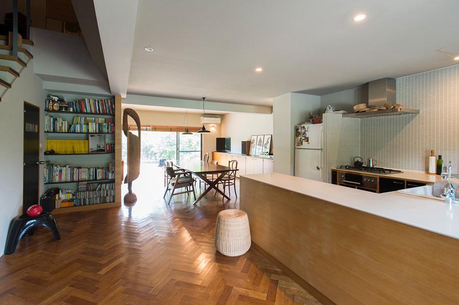 玄関を入ると開ける広々としたワンルームのLDK。1階の床は通常より短いサイズのヘリンボーンに。