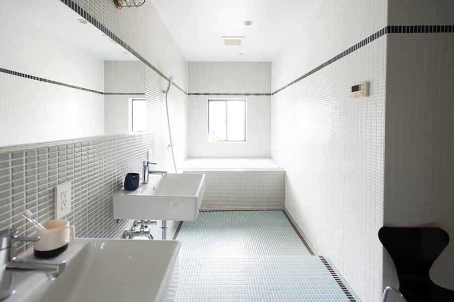 微妙な色の使い分けが美しい、明るく清潔なバスルーム。