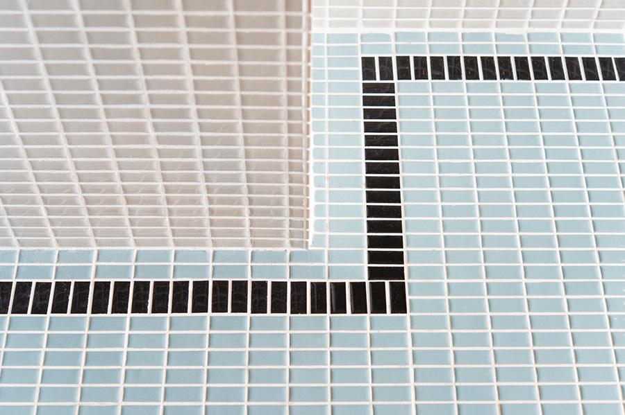 ものを落としやすい位置、フックを取り付ける位置を意識してタイルの貼り方をデザイン。