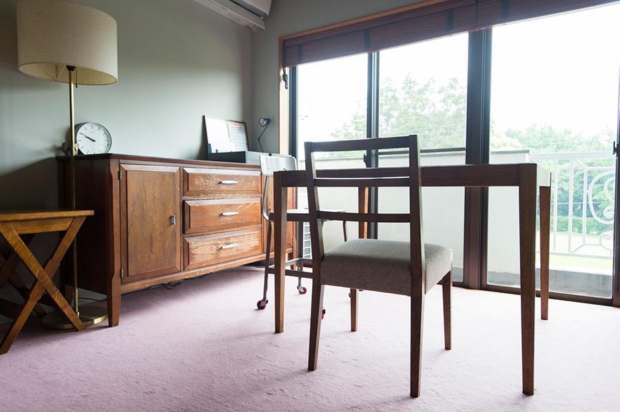 子供部屋には淡いサーモンピンクのカーペットを。薄いグレーの壁のペンキには骨材を混ぜ、凹凸感を出して陰影がつくよう演出した。
