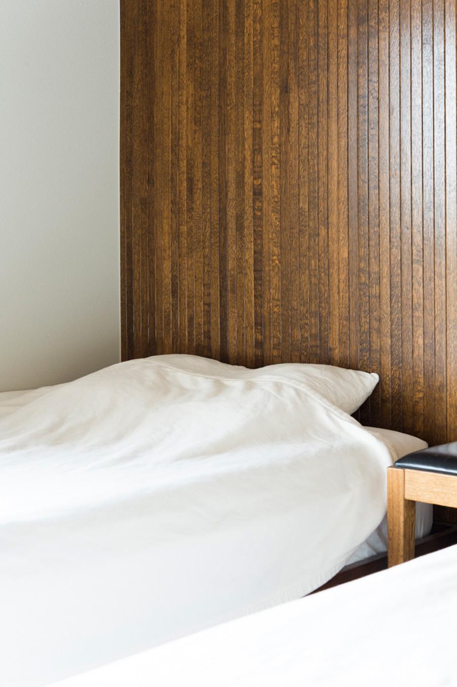 子供部屋の一面は、ベッド側だけナラ材を使用。湿気を吸収し、空気の浄化にもよい。