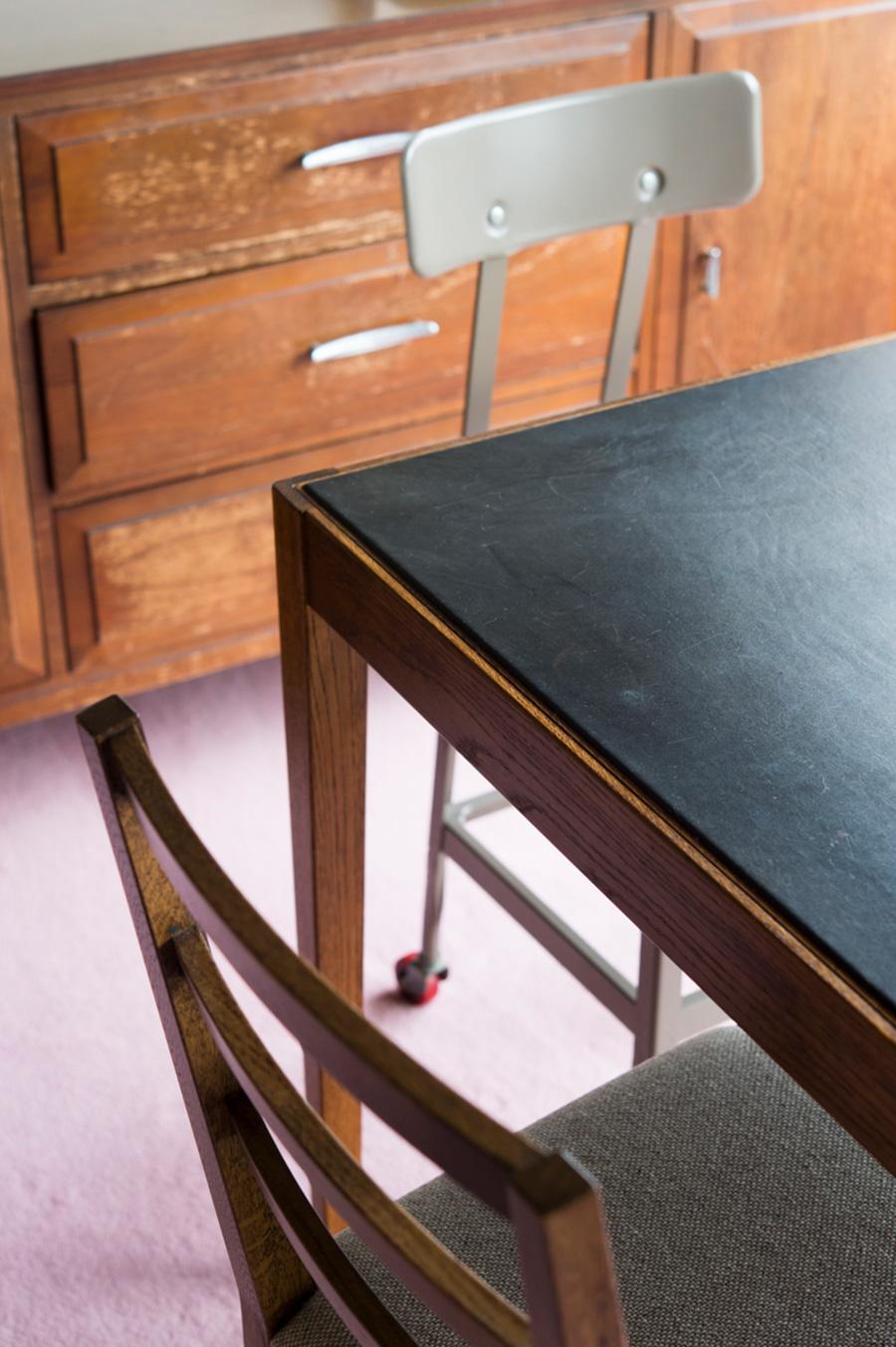 天板が革張りになったオリジナルのテーブル。クッション性があり書きものしやすい。