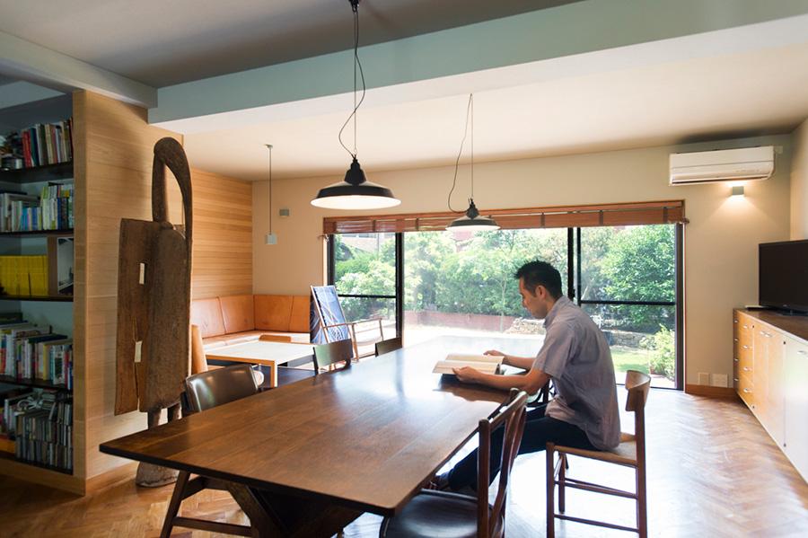 スタンダード トレード代表・渡邊謙一郎さん。ナラ材のみを使った家具を、自社工場で制作。