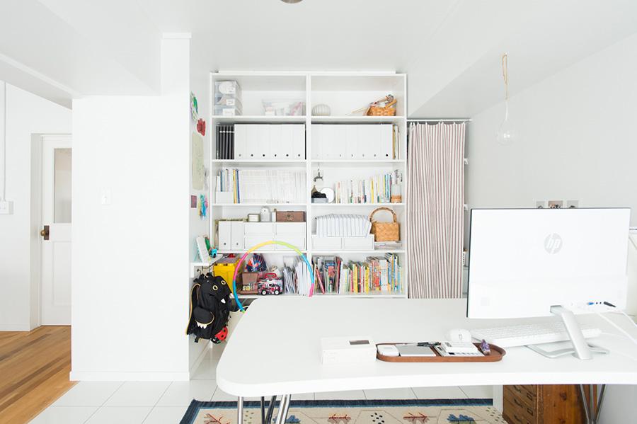 色々なものをたくさん保管しながら、すっきりと美しいワークスペース。セミオーダーの棚は底板を取り付けず、キャスター付きのボックスを使用。掃除をするときは引き出して使うのでラク。
