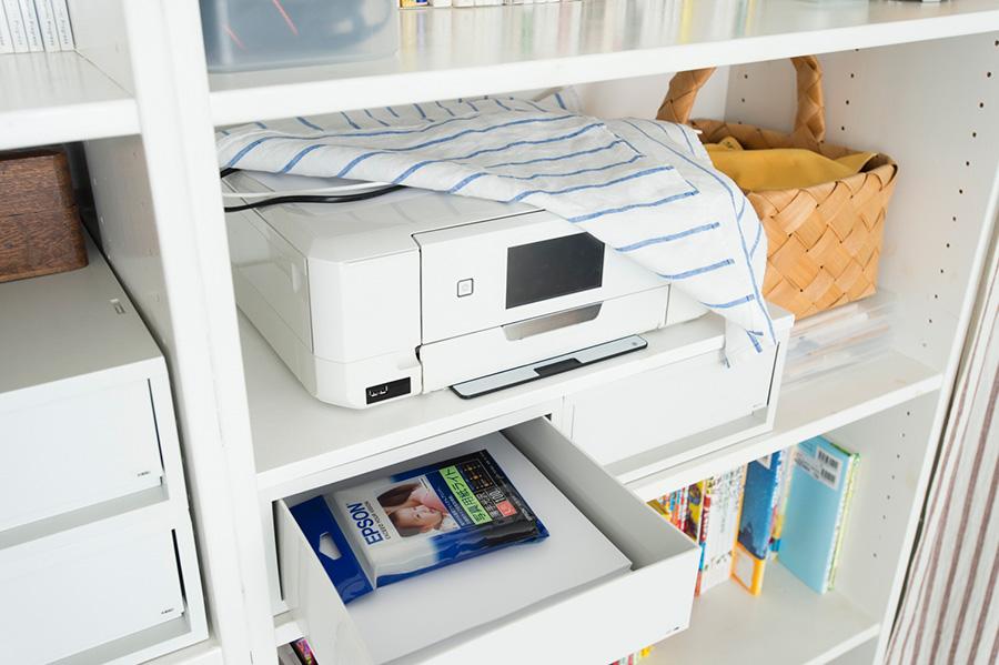 コピー機上には見た目とほこりよけのために布を使用。用紙を近くに。