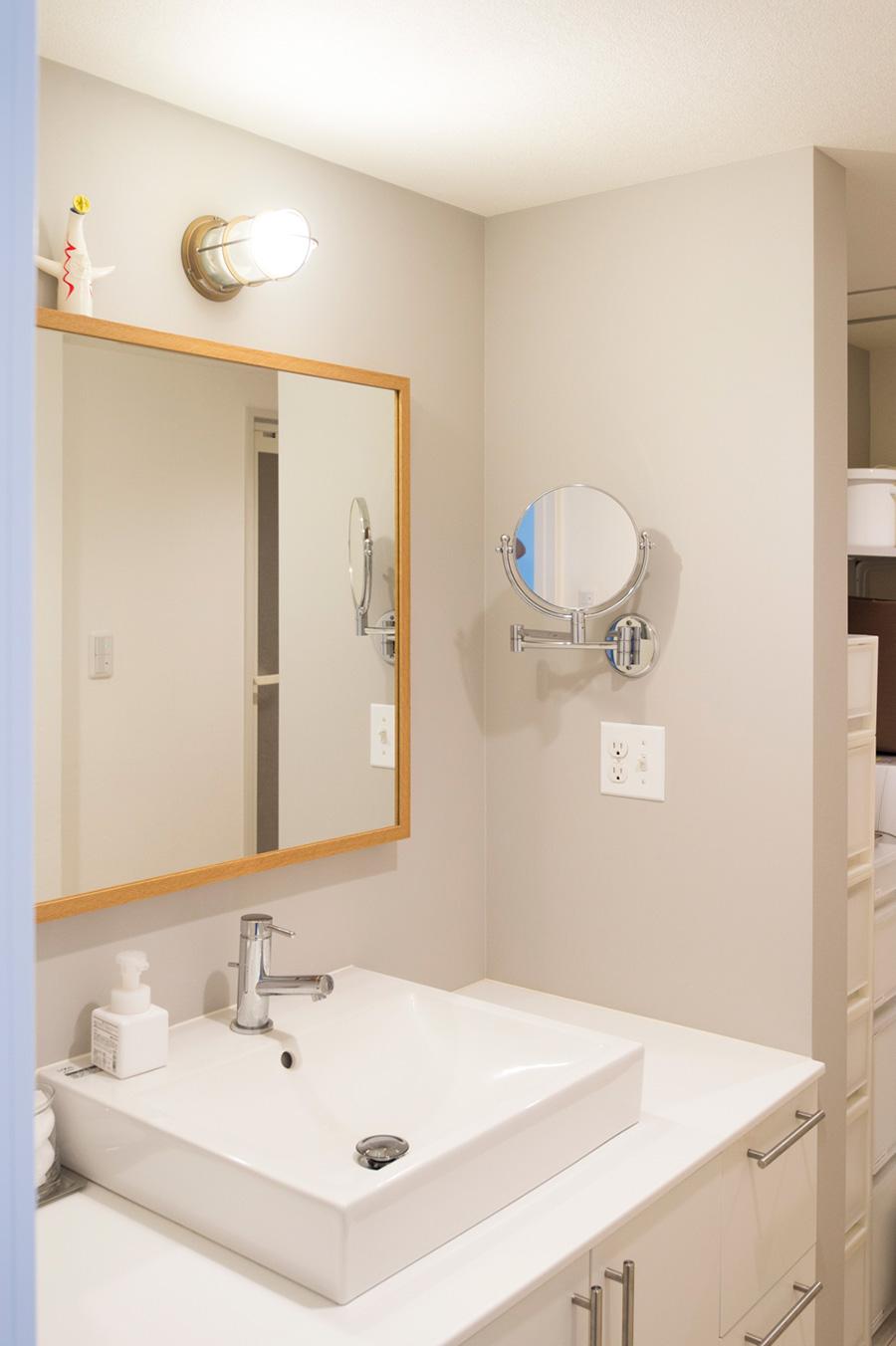 システム洗面台を外して好みのものに付け替えた。ごちゃごちゃしがちな洗面所は、片付けやすいシステムを作ってあげればすっきり。