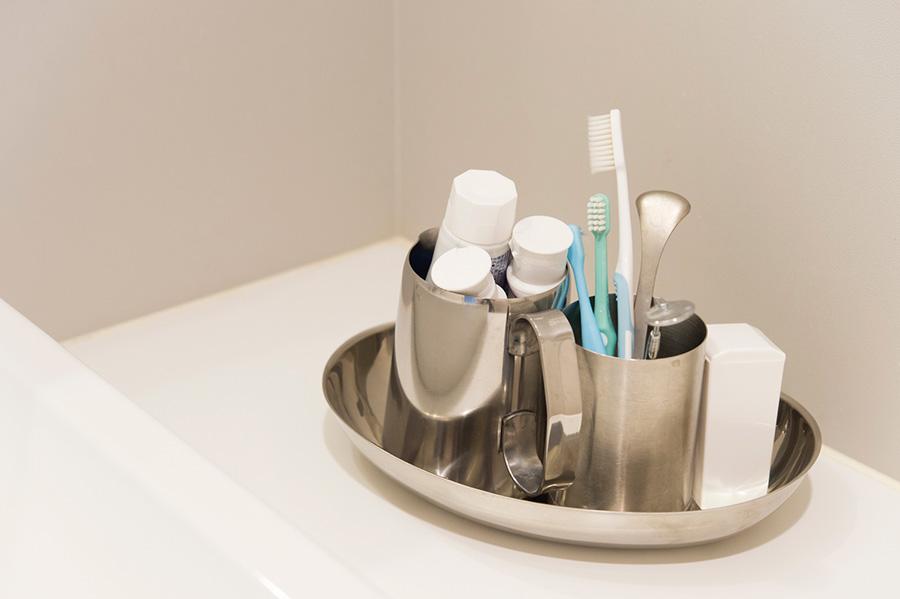 歯磨きセットはステンレスのトレーに。このままでもキレイだが、来客時には移動する。