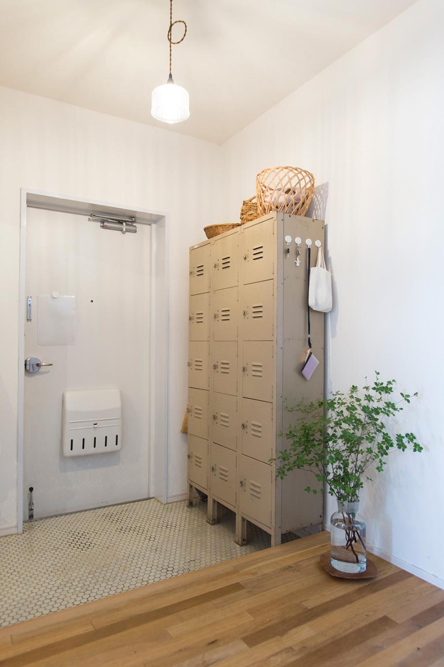 スチールのロッカーがかっこいい田中邸の玄関。タイルはDIYで貼ったそう。鍵はロッカー横を定位置に。