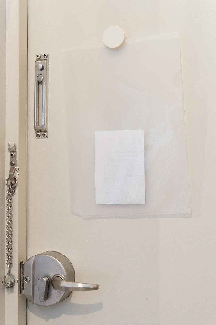ドアの内側に貼ったファイルケースに、その日の提出物などを。