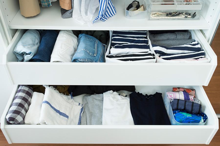 たたみの服は重ねず収納。ニット類は1枚ずつずらしておく。