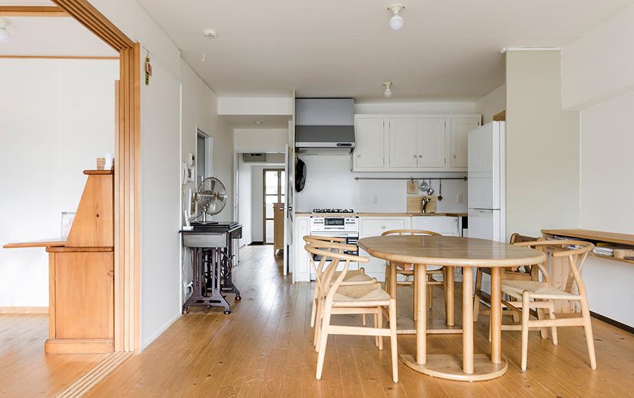 素足になじむ無垢のヒノキの床は、和室だった隣室にも敷いた。オーストリアの家具メーカーTEAM7でセミオーダーしたダイニングテーブルは、脚にローラーがついていて、掃除のときも楽に動かせる。