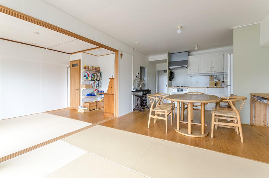LDKの半分は畳に。冬は家族それぞれがハーフマットを敷いて座ったりゴロゴロしたり。不要な時は片付けておく日本の座布団文化から思いついたそう。