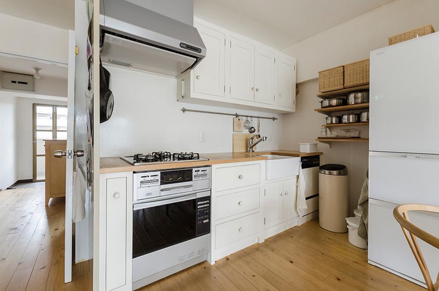 イギリスdeVOL社のシェーカースタイルのキッチン。総無垢材で職人が手作りする、シンプルで温もりのある佇まい。
