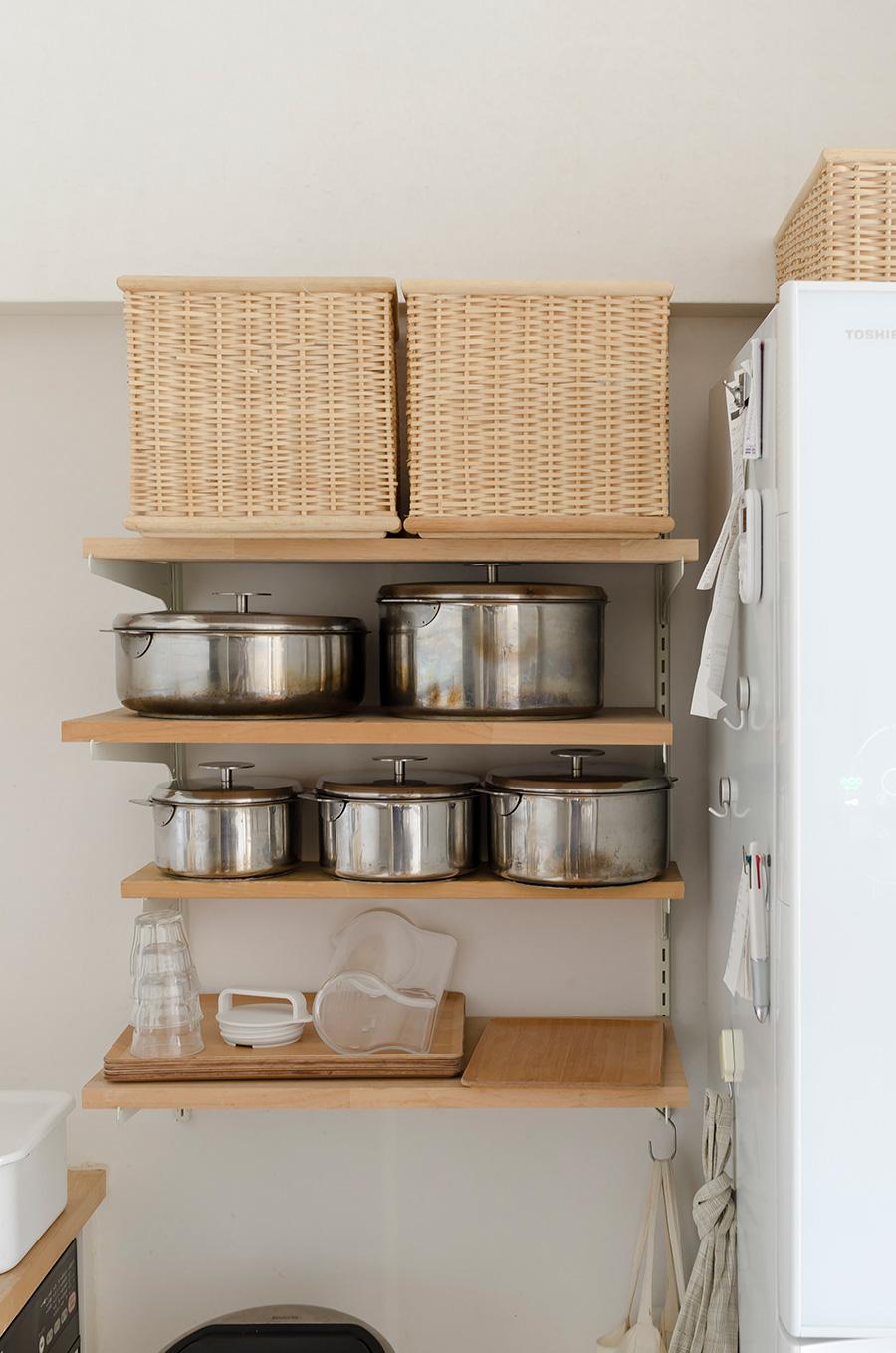 可動式の棚に愛用のお鍋を陳列。機能的なだけでなく使い込んだ味わいも。