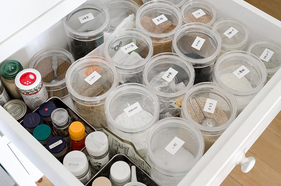 調味料や食材はクリア容器で中身が分かるように保管。引出しにぴったり収まる高さの容器を探した。