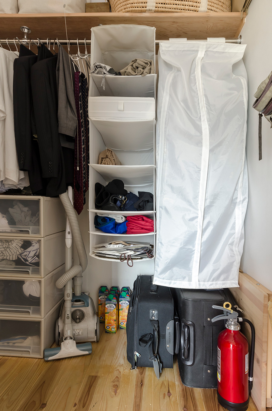 IKEAや無印良品の布製ホルダーが、小分けに活躍。 避難グッズを収めたキャリーケースを片隅に。