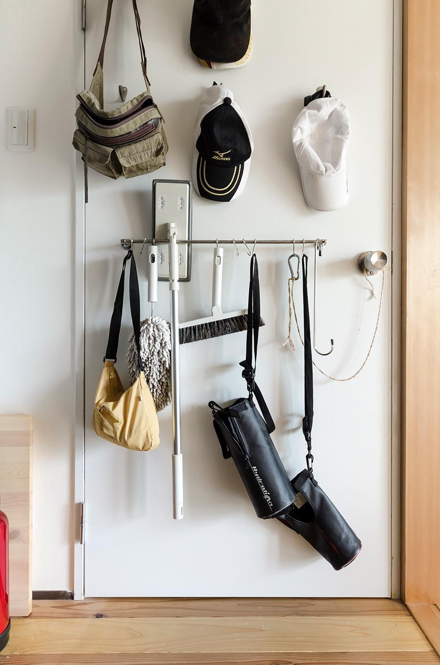 掃除道具はクローゼットのドア裏に。取り出しやすく、目につきにくい場所なのがよいのだそう。