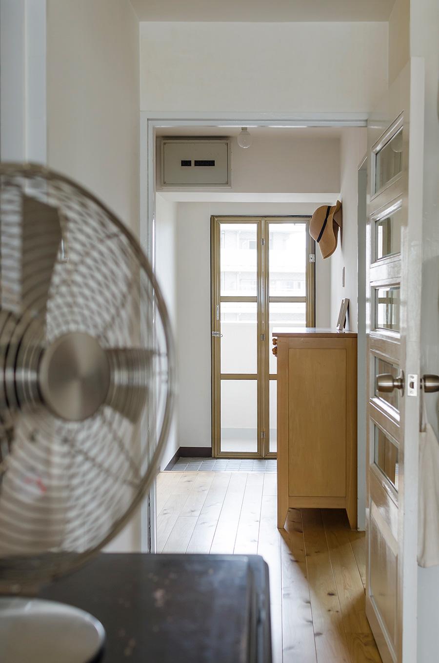 リビングから玄関まで光と風が通り抜ける。家族の気配が感じられるよう、ガラスをあしらったドアを採用した。