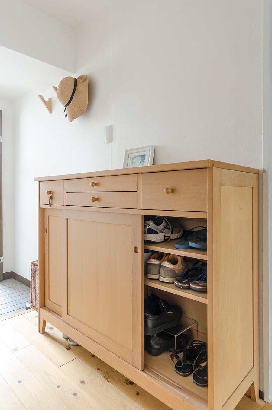 玄関前のキャビネットには、家族全員の靴と、鍵やティッシュなど外出時に必要なものを収納。靴は5人でこれだけ。