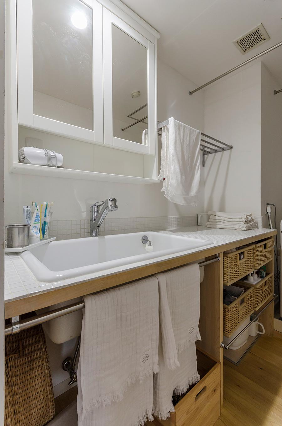造作の洗面化粧台。天板は最初は木だったのが傷んできたのでタイルを貼った。