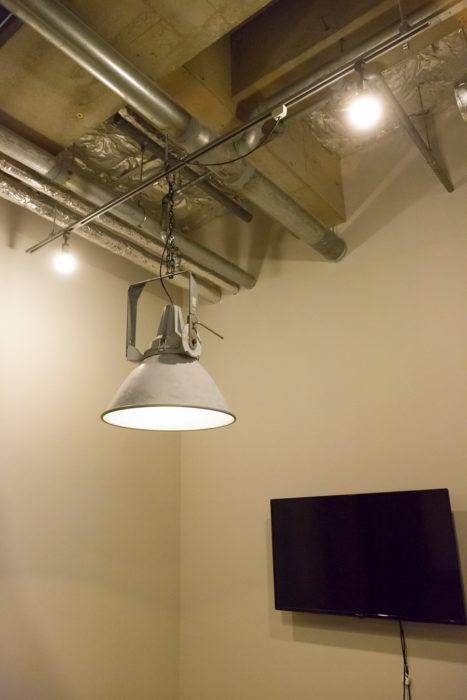 インダストリアルなインテリアにしっくりハマりそうな〈STUDIUM LAMP〉は、競技場で使われていた照明器具をリメイク。