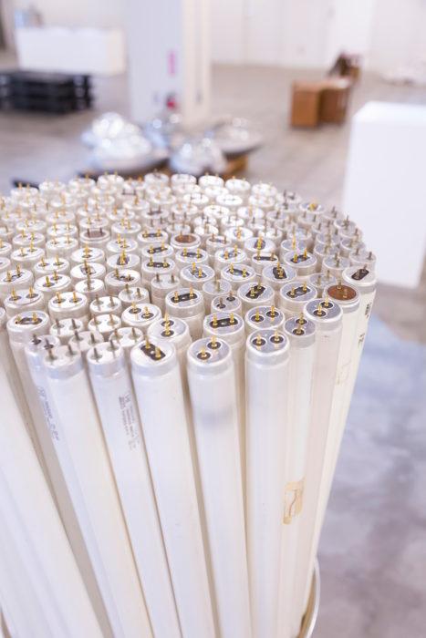 [BUNDLE LAMPの材料]寿命を迎えた蛍光灯。オフィスのLED化に伴い、廃棄となる蛍光灯が多い。
