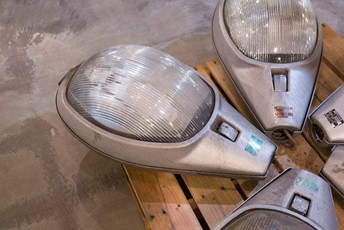 [ROAD STAND LAMPの材料]道路照明のLED化に伴い排出された道路照明。